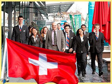 Сотрудники и флаг Швейцарии