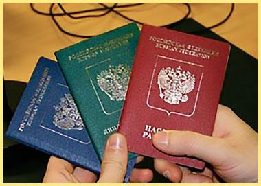 Паспорта разных стран в руках