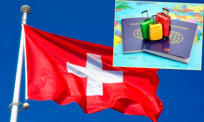 Швейцарский флаг и чемоданы